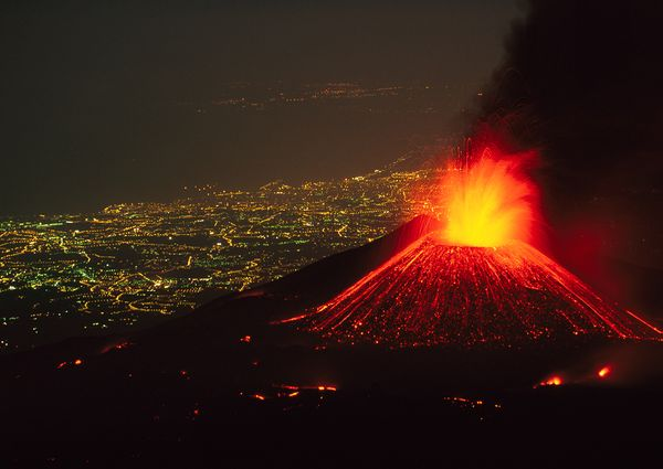 http://images.nationalgeographic.com/wpf/media-live/photos/000/386/cache/volcano-mount-etna-italy-2011-erupting-city-view_38627_600x450.jpg