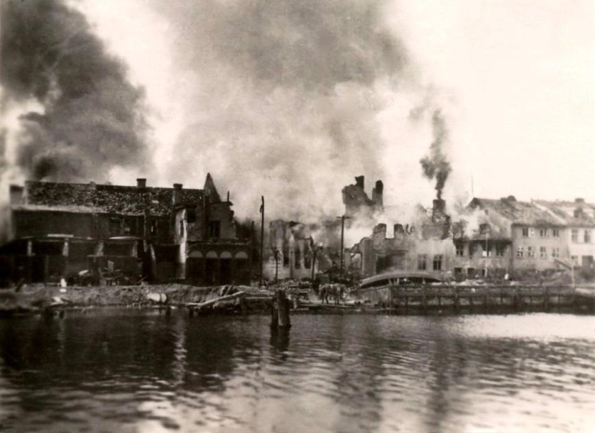 F:\Новая папка\Город и военно - морской порт Миллау после артелерийской подготовки и штурма апрель 1945.jpg