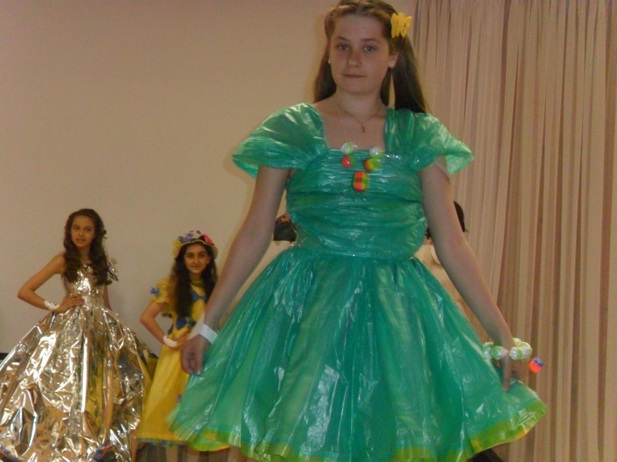 Как сделать платье из мусорных пакетов своими руками для детей пошагово с фото