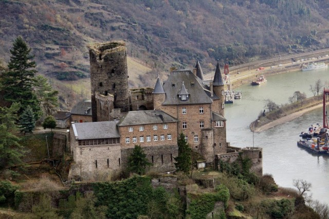 Burg Katz Above St Goarshausen and the Rhine River, Germany скачать
