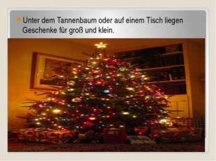 Unter dem Tannenbaum oder auf einem Tisch liegen Geschenke für groß und klein.
