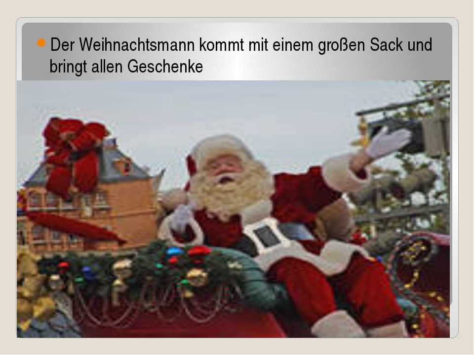 Der Weihnachtsmann kommt mit einem großen Sack und bringt allen Geschenke