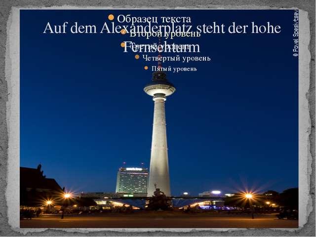 Auf dem Alexanderplatz steht der hohe Fernsehturm