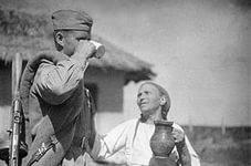 Румынская крестьянка угощает молоком советского солдата - фото Военный альбом 1939, 1940, 1941-1945