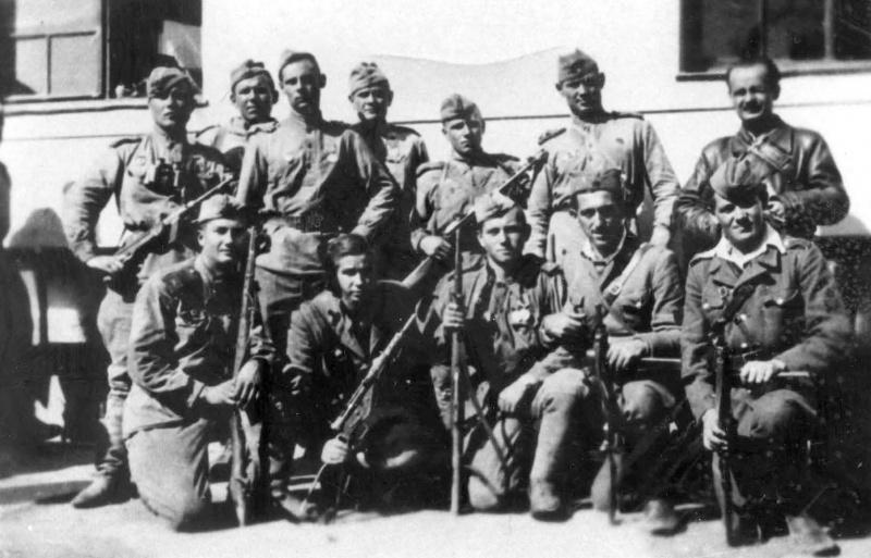Бойцы Красной Армии и югославские партизаны за час до атаки …