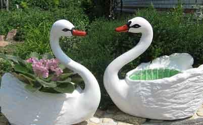 Поделки для сада: лебеди из пластиковых бутылок