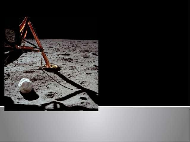 Первая фотография, сделанная Нилом Армстронгом после выхода на поверхность Лу...