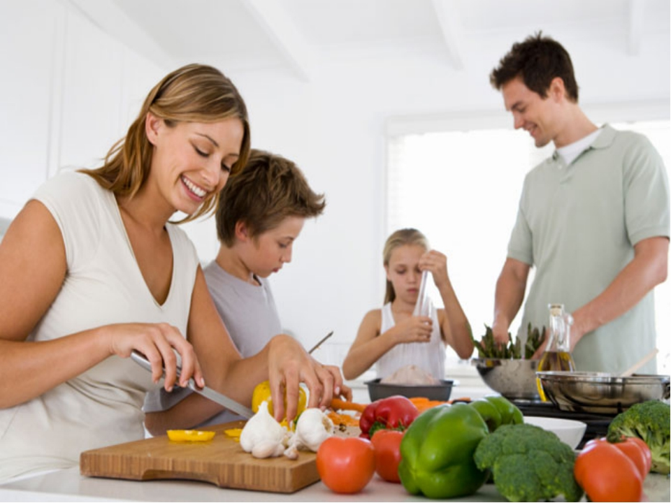 eating healthily with a busy lifestyle Eating out is inevitable for a busy professional, but you don't have to settle for greasy fast food options almost all restaurant chains have healthy dining options to attract health-conscious.