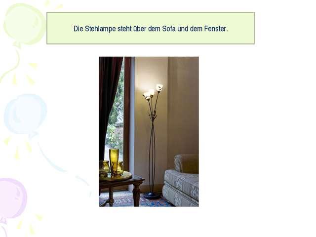 Die Stehlampe steht über dem Sofa und dem Fenster.
