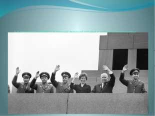 1-й секретарь ЦК КПСС Н.Хрущев (второй справа) и летчики-космонавты Г.Титов,