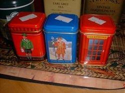 Ахмадовский сувенирный набор чаев с символами Британии: почтовым ящиком, королевским гвардейцем и телефонной будкой. К повествованию отношения не имеет