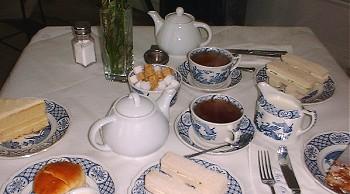 Сервированный чайный стол