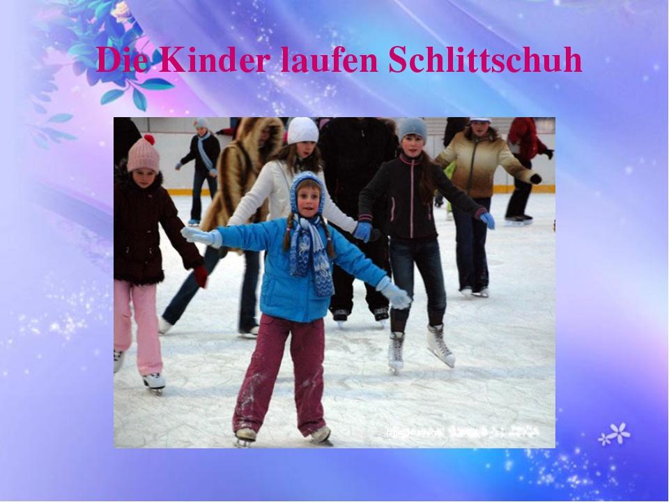 Die Kinder laufen Schlittschuh