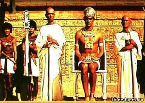 Фараон в окружении жрецов