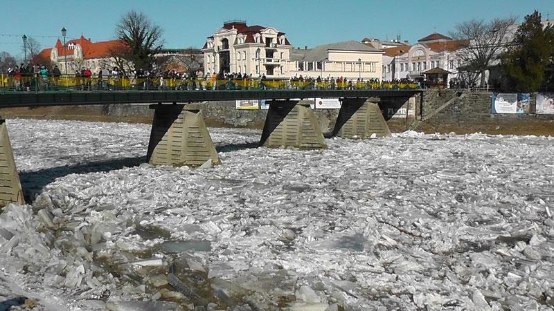 На реках Закарпатья начался весенний ледоход (ФОТО)
