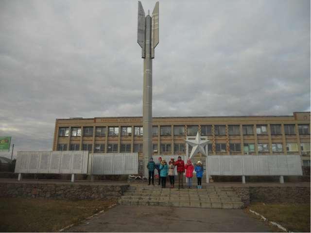 Ответ : Местонахождение: Установлен перед входом в Богучарский районный узел...