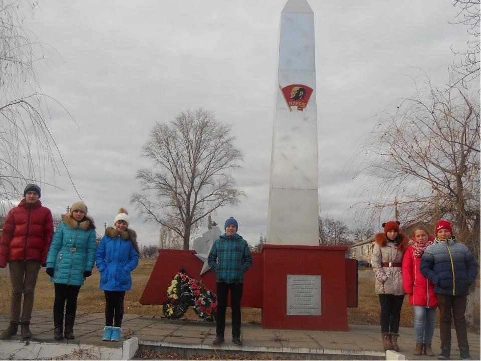 10. В Богучаре установлен памятник комсомольцам, пионерам и школьникам. На ка...