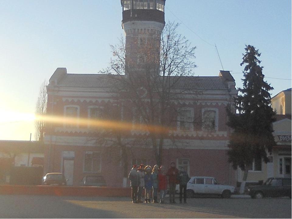 7. На западной стороне центра города была построена пожарная часть с восьмигр...