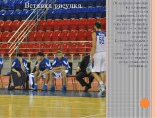 От каждой команды на площадке выступают одновременно пять игроков, еще пять-с