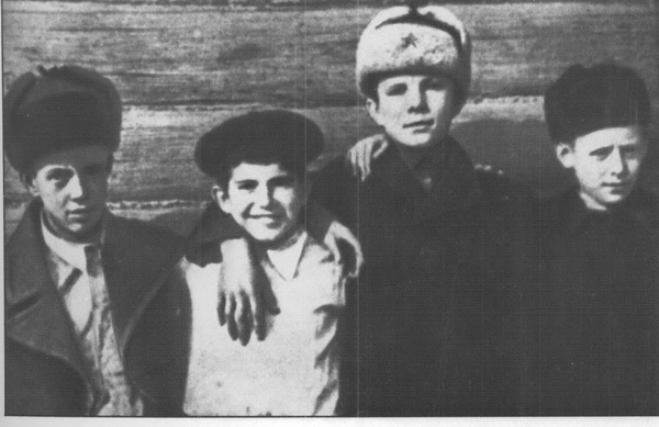 D:\мама Ира\СТЕНД\КОСМОС\Гагарин 1\детство.jpg