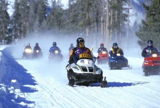 https://upload.wikimedia.org/wikipedia/commons/e/ed/SnowmobilesYellowstone.jpg