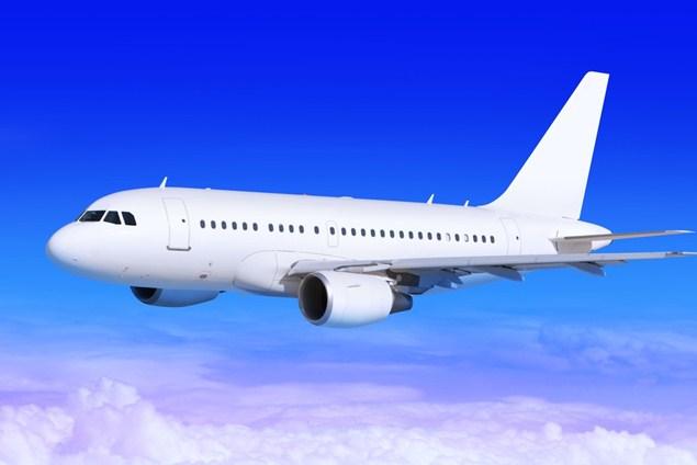 Самолет в небе, посадки прочь - Стоковое фото Sergiy Serdyuk #3573489