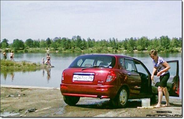 http://900igr.net/datai/okruzhajuschij-mir/Ekologicheskaja-bezopasnost/0004-003-Ljudi-mojut-mashiny-zagrjaznjaja-vodojom.jpg