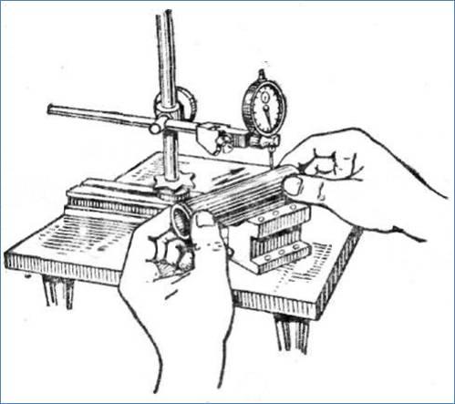 Использование индикатора часового типа для измерения отклонения уже готовой детали относительно эталона