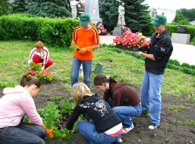 Волонтеры высаживают цветы у памятника воинам-освободителям.с.Сеченово