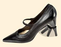 Туфля-трансформер меняет рост женщин каблуком