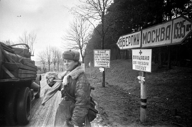 Советская регулировщица на дороге в 165 км от Берлина