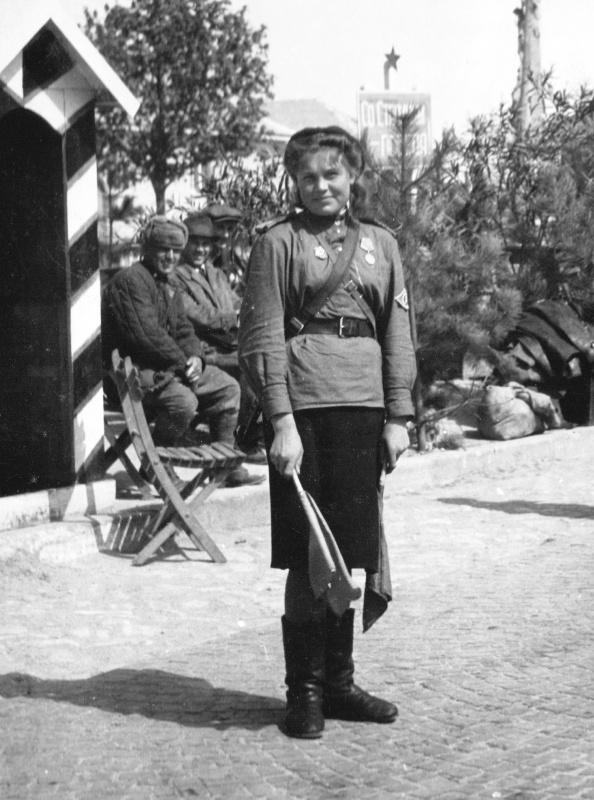 Советская регулировщица в Будапеште