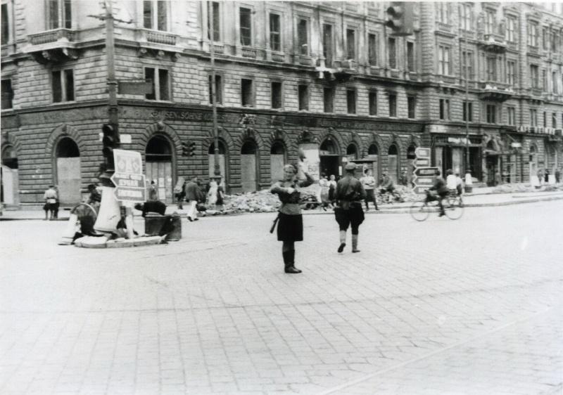 Советская регулировщица на улице Вены