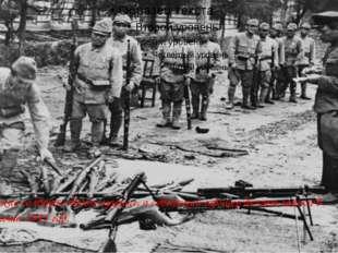 Японские солдаты сдают оружие, а советский офицер делает записи в блокноте,