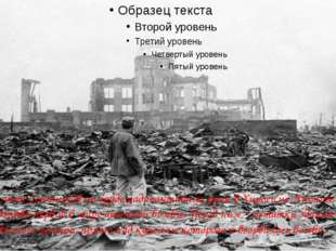 Журналист Союзников на груде радиоактивных руин в Хиросиме, Япония, через ме