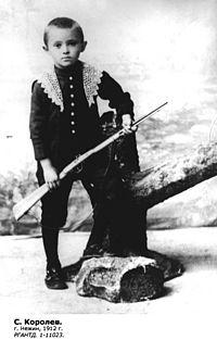 https://upload.wikimedia.org/wikipedia/commons/thumb/3/37/Sergey_Korolyov_boy_1912.jpg/200px-Sergey_Korolyov_boy_1912.jpg