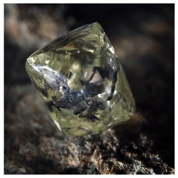 Алмаз в породе
