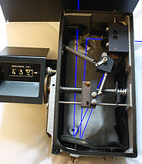 https://upload.wikimedia.org/wikipedia/commons/thumb/8/8e/Monochromator.jpg/200px-Monochromator.jpg