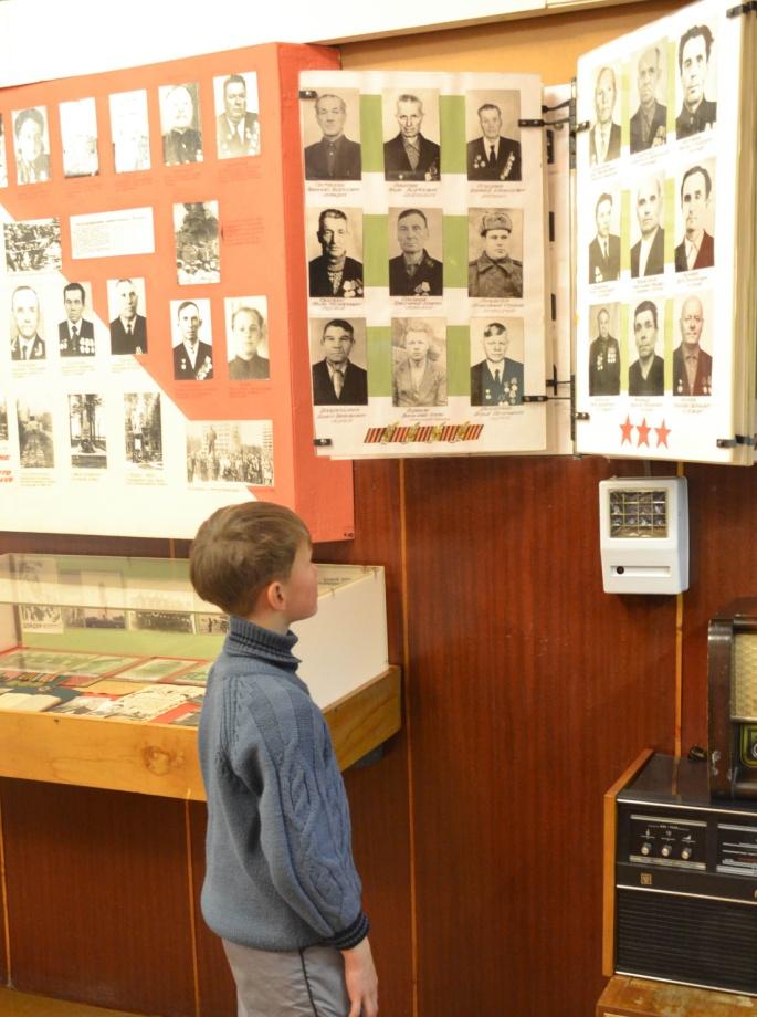 C:\Documents and Settings\Миша\ПРОЕКТЫ\РАБОТА О ДЕДУШКЕ\фото из музея\архив+музей\зал боевой славы.jpg