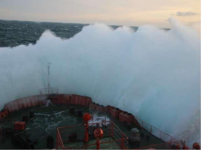 Волны, наводнения В течение года преобладают ветры западных направлений. В ос...