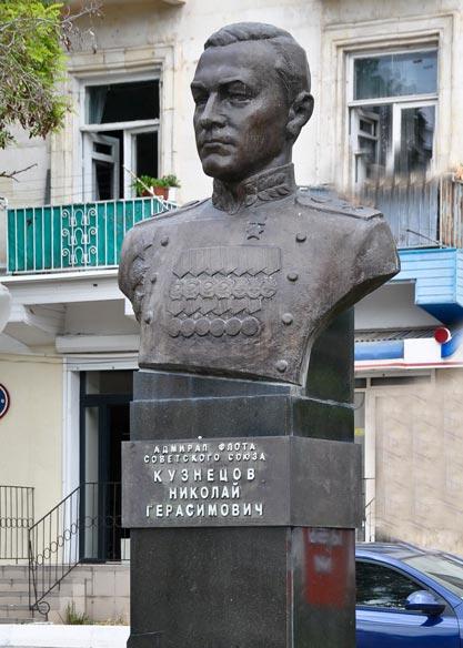 Город герой Севастополь. Памятник Адмиралу Н. Г. Кузнецову