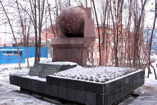 Памятник в честь содружества стран антигитлеровской коалиции.