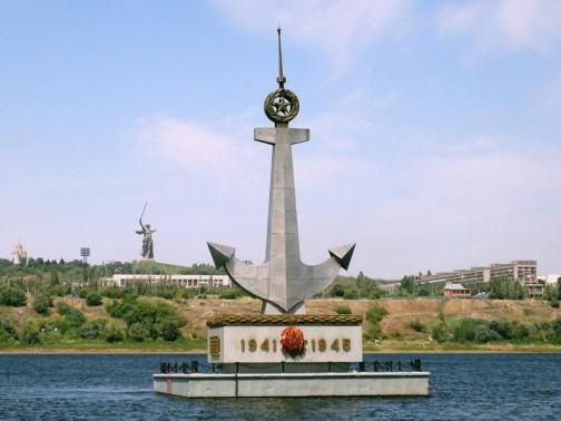 Плавучий памятник погибшим речникам.