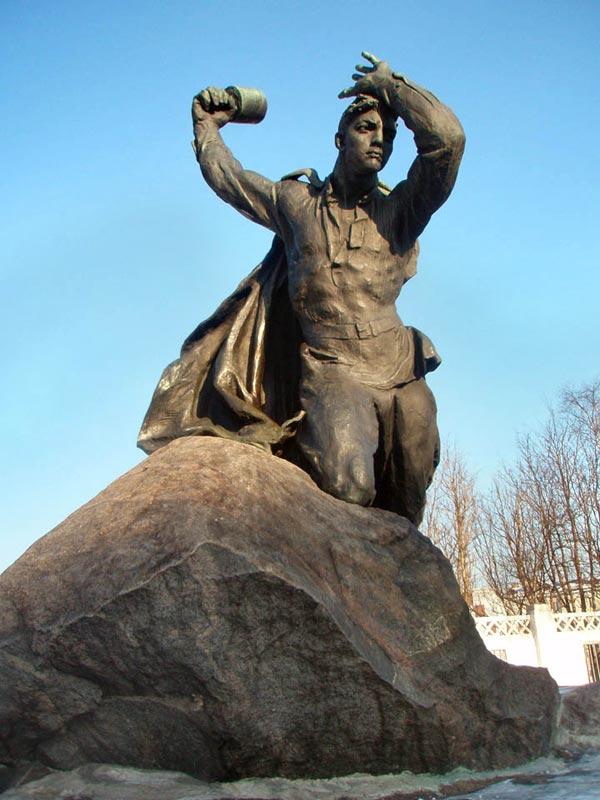 Памятник Бредову А.Ф. Мурманск Город-Герой