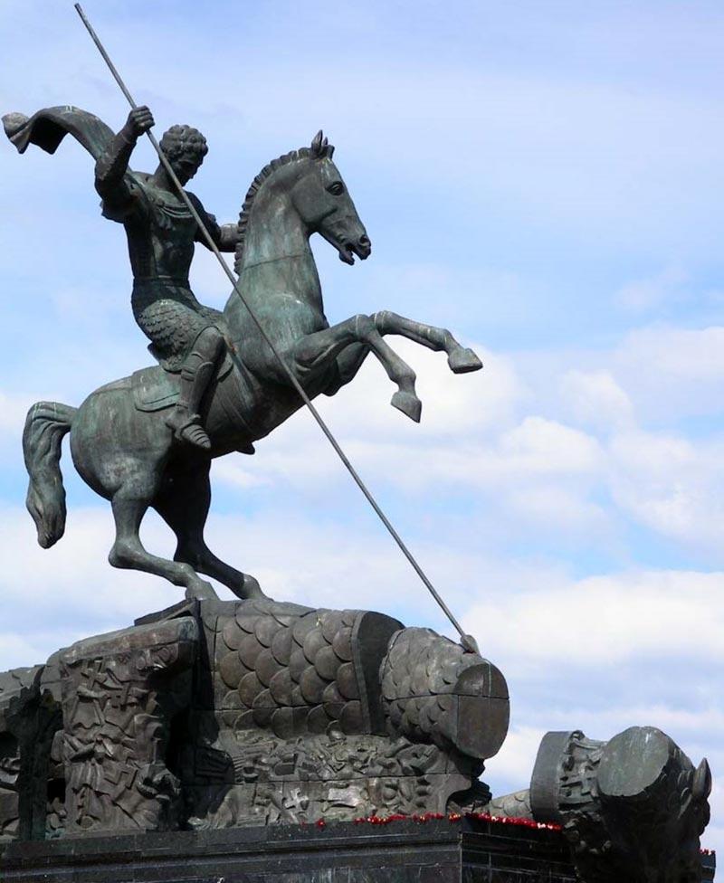 Город герой Москва. Святой Георгий Победоносец. Скульптура у основания монумента Победы.