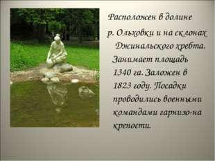 Расположен в долине р. Ольховки и на склонах Джинальского хребта. Занимает п