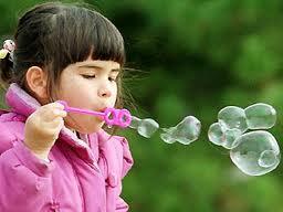Ваши помощники и «тренеры» – мыльные пузыри, одуванчики и надувные шарики