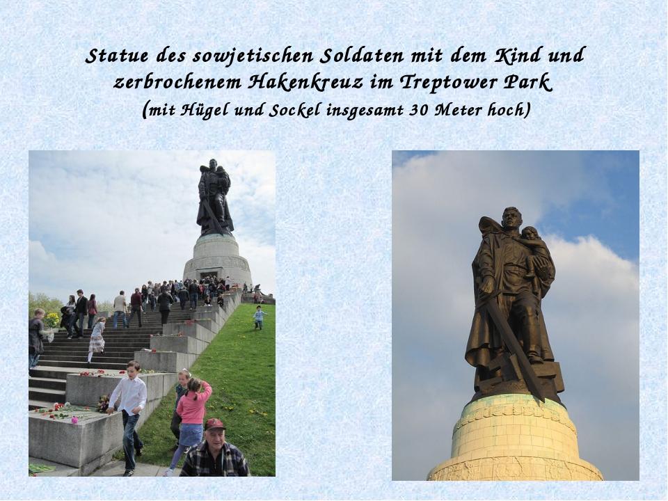 Statue des sowjetischen Soldaten mit dem Kind und zerbrochenem Hakenkreuz im...
