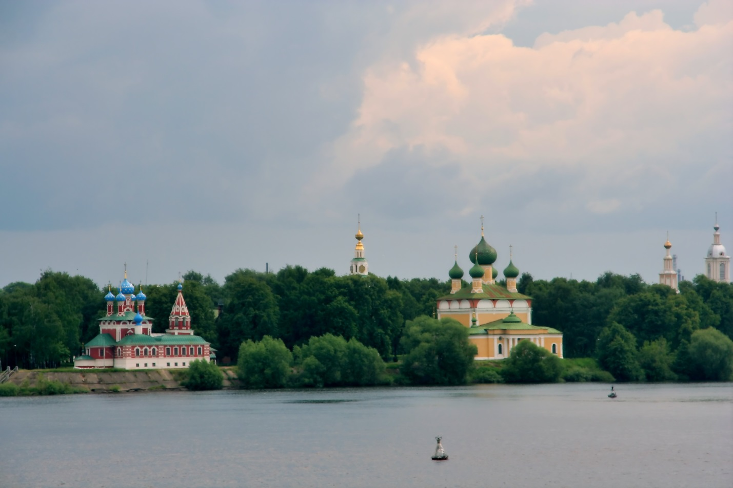 http://dic.academic.ru/pictures/wiki/files/85/Uglich_Dimitrij_church_and_cathedral_from_riverside.jpg