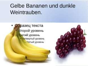Gelbe Bananen und dunkle Weintrauben.